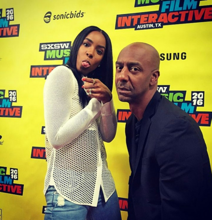 Kelly taking pictures with Stephen at the festival @kellyrowland